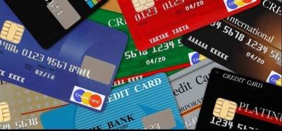 クレジットカードが散らばっている