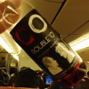 """飛行機内での「DOUBLE""""O""""」の半分空いたボトル"""